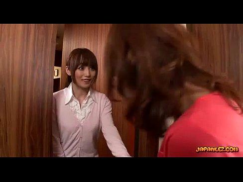 (新城美稀)若妻少女美10代小娘、お茶をふき取るついでに美巨乳モデルのチクビもナメはじめてしまう☆☆(えろムービー)