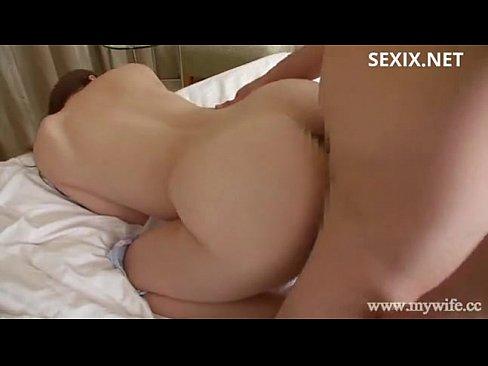 人妻熟女、大場ゆいが美脚を掴まれながらの激しいSEX【エロ動画】