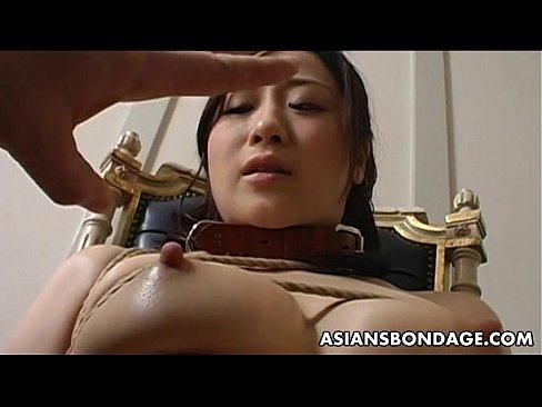 椅子にM字開脚に束縛された川上ゆうに、容赦なくデンマが襲い掛かる☆☆(えろムービー)