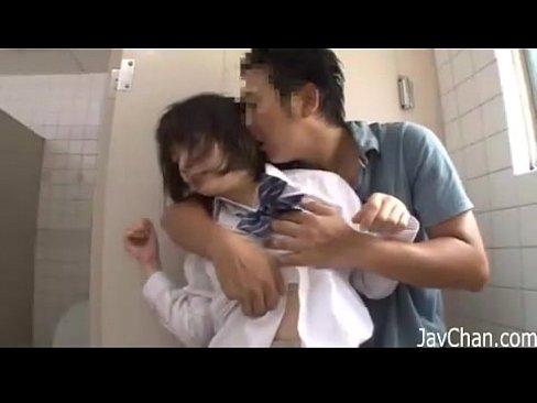 (成海うるみ)少女女子高校生が、駐輪場やトイレでセイフク強姦されてしまう☆☆(えろムービー)