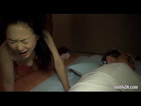 女がダンナの寝てる隣で若い男とSEX☆感じておもわず声が☆(えろムービー)