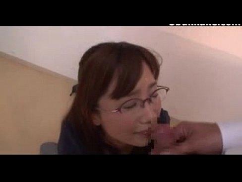 【小島みなみ】ロリ眼鏡美少女が、男達に次々とぶっかけられる!!【エロ動画】