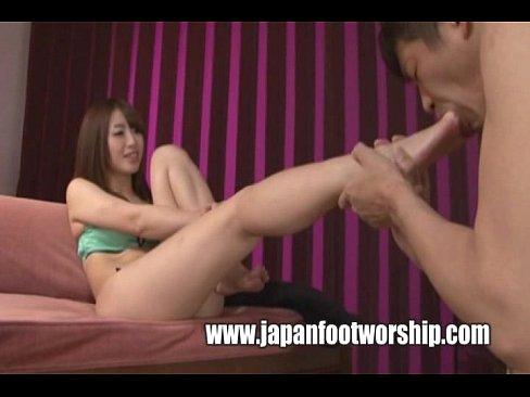 初美沙希の美しい足をペロペロ☆ドM男にとって女王様の足の指までナメさせてもらえるなんて褒美です(えろムービー)