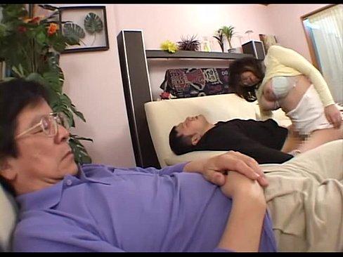 親友が酔い潰れたのをいいことに牛乳な嫁を寝取ったったw【エロ動画】