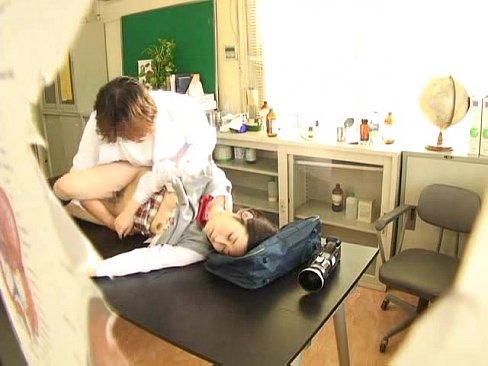 スケベ悪徳医師に薬で眠らされハメ撮りセックスされちゃう制服美人【エロ動画】