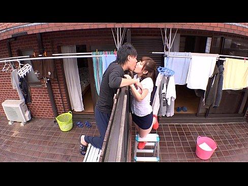 隣の主人とベランダ越しにウワキディープKISSしてしまうイケナイヒトヅマ(えろムービー)