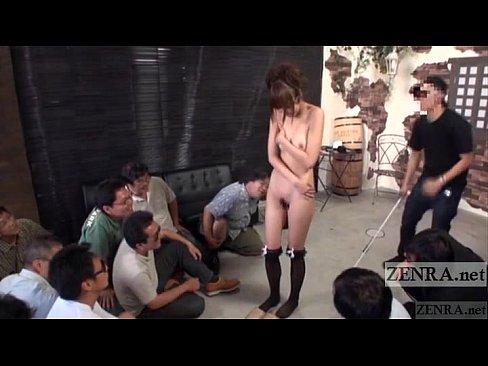 男集団の脱げ脱げコールに裸になりキモ男とベロKISSするモデル・・・(えろムービー)