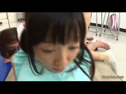 【つぼみ JKパイパンロリ動画】清楚で童顔のニーハイの巨乳の女子校生が潮噴きながらクンニをされて4Pセックスで生中出し【エロ動画】