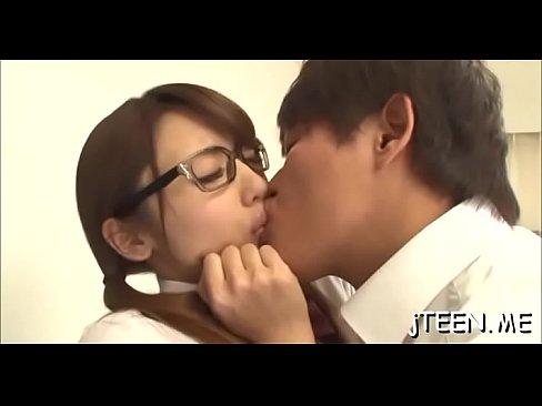 (桜井あゆ)カワイい眼鏡ッ小娘のJKを脅してベロKISS☆(えろムービー)