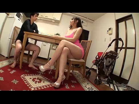 【若槻みづな】ミニスカを履いてハミ尻させるフェロモンムンムンな人妻【エロ動画】