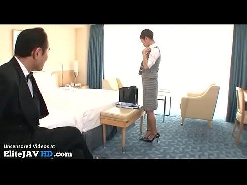 美脚な部下に濃厚ベロチューしてHな指導するスケベなホテルマン – 1【エロ動画】