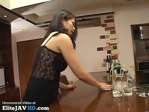 スナックの人妻お母ちゃんが若い客をドえろい接吻で挑発☆ – 1(えろムービー)