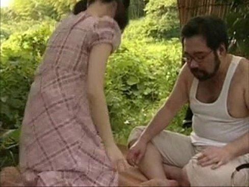 【ロリ】あどけなさ残る女の子にお外でいたずら!のどかな草むらで青姦 – 1【エロ動画】