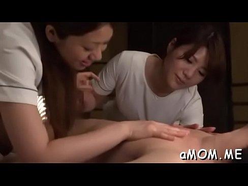 モデルマッサージ嬢二人にベロKISSテコキとチクビナメの同時責めされて悶絶☆ – 1(えろムービー)