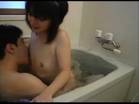 貧乳ロリータ少女と一緒にお風呂に入って生ハメザーメン中出し – 1【エロ動画】
