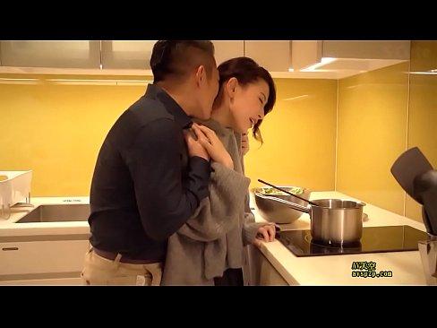 金持ちなモデル妻とキッチンでいちゃいちゃベロKISSH☆ – 1(えろムービー)