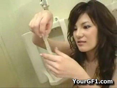 【中出し動画】23歳の童貞君が男子トイレで痴女のお姉さんとセックス【エロ動画】