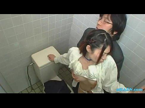 トイレでイチャイチャする社内レディーカップルの濃厚キス&フェラがエロすぎw – 1【エロ動画】