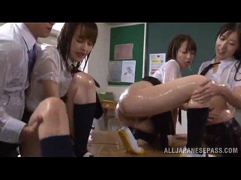 セックスなコトに興味津々な美巨乳10代小娘達のぬるぬるローションレズビアンプレイ(えろムービー)