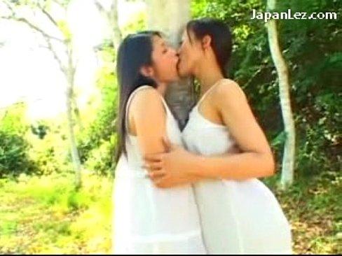 避暑地の高原って感じの山林で愛し合う美巨乳レズビアンモデル(えろムービー)