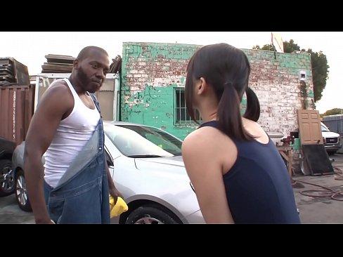 (涼宮琴音(白咲碧))「車汚して…ゴメンなさい…」スクールミズ着姿で洗車のお手伝いし、ムラムラしたアフリカ人二人に青姦サンピーからカーSEXでレンゾクナカ出しさせちゃうロリ顔ヘンタイ小娘(美10代小娘アダルトムービー)(えろムービー)