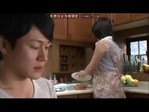 【笹山希】巨乳熟女ママが息子と濃厚接吻交わしながら禁断の近○相姦中出しセックス!【エロ動画】