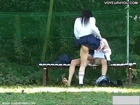 【盗撮】放課後の誰もいないグラウンドで堂々と青姦SEXする高校生【エロ動画】